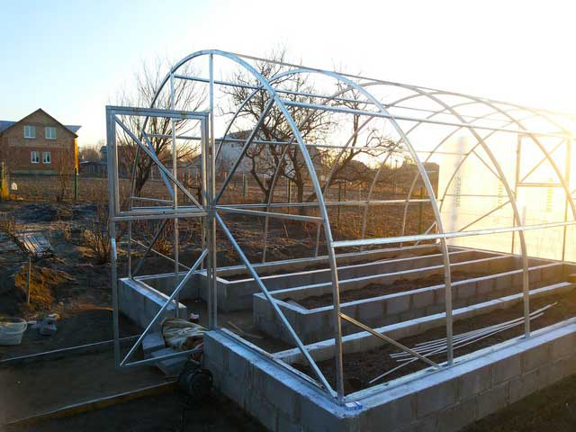 фото арочная теплица  ширина 4 метра