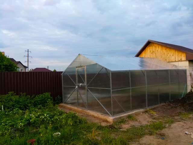 теплица с двускатной крышей для дома и дачи шириной 3м