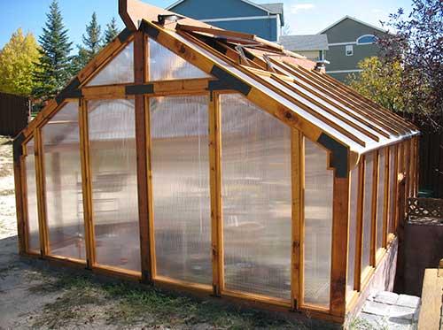Строительство двускатной теплицы с деревянным каркасом