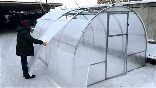 Установка арочной теплицы