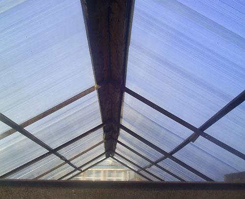 Оптимальный вариант для обустройства теплицы и монтажа крыши